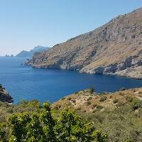 Veduta della Baia con i faraglioni di Capri in lontananza, BAIA DI IERANTO, MASSA LUBRENSE, NAPOLI