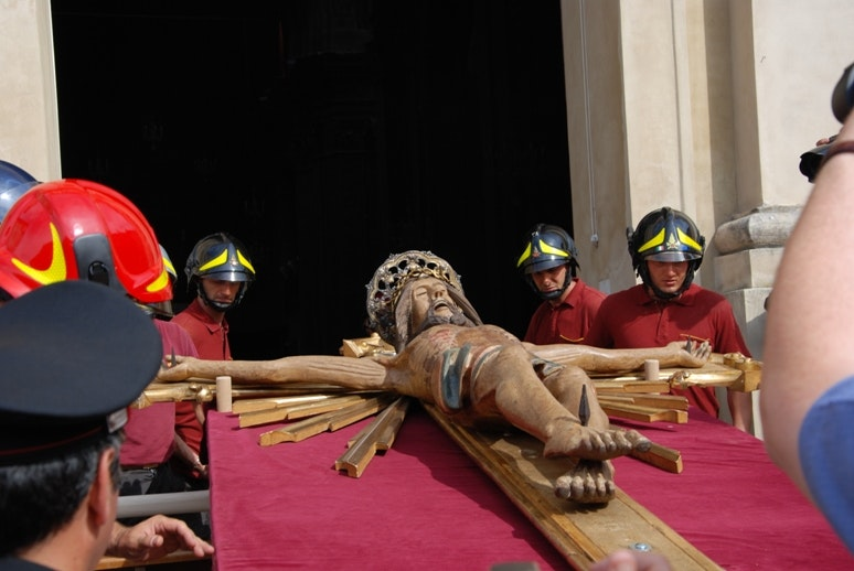 il Crocifisso ligneo del XIII secolo viene messo in  sicurezza dai Vigili del Fuoco