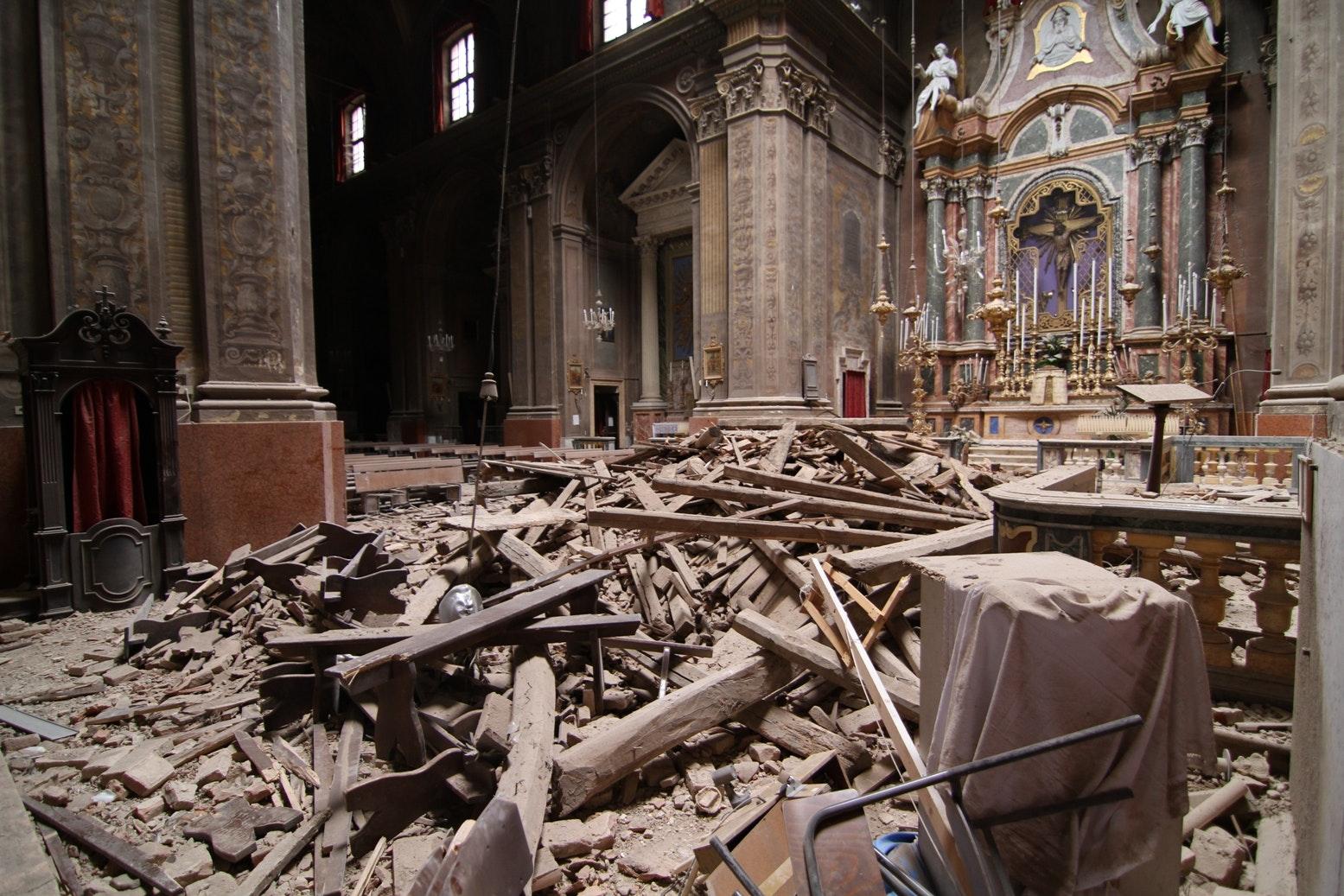 Le macerie della  Collegiata dopo il crollo  della cupola