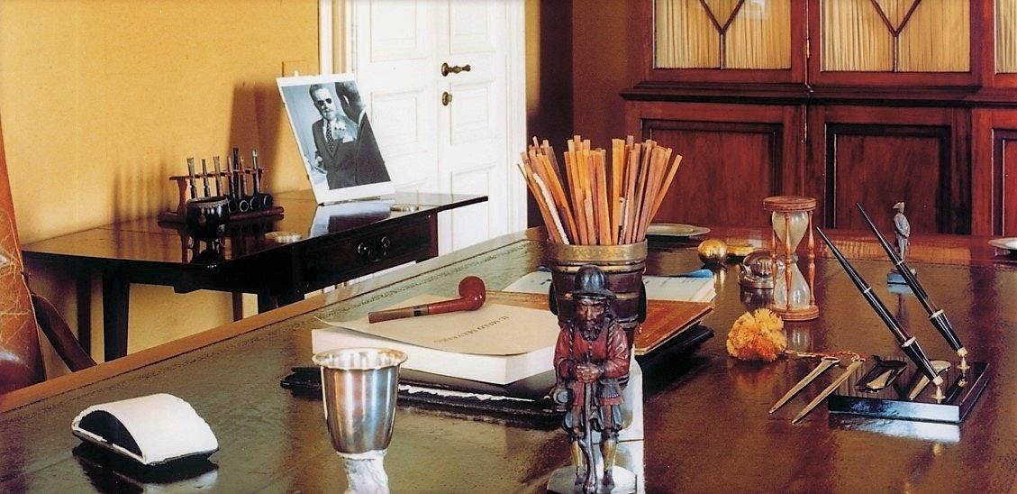 Particolare della scrivania di Guido Monzino con il suo ritratto sullo sfondo, VILLA DEL BALBIANELLO, TREMEZZINA, COMO