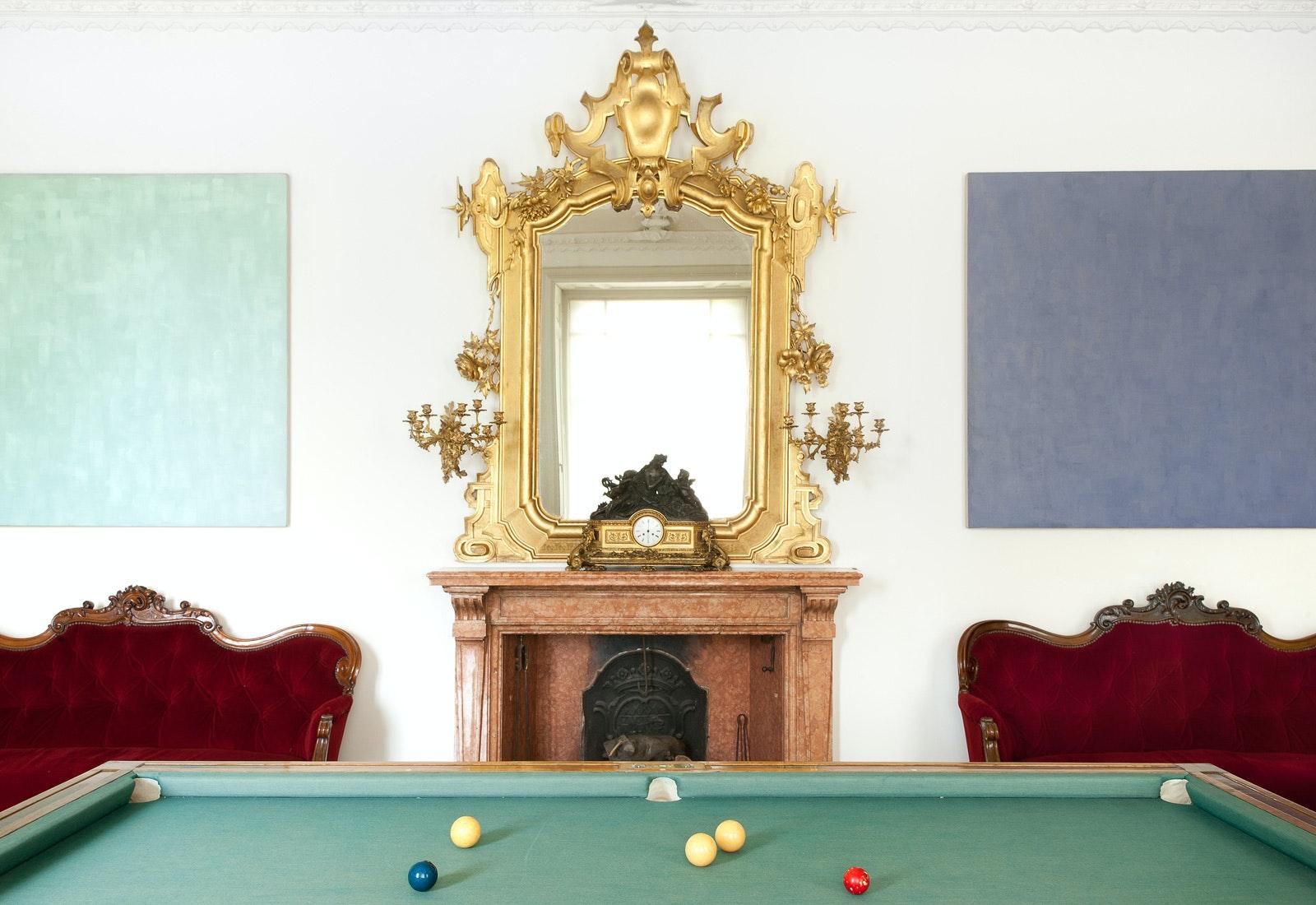 Sala del biliardo con opere di Phil Sims, VILLA E COLLEZIONE PANZA, VARESE